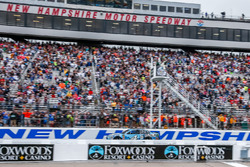 Kevin Harvick, Stewart-Haas Racing, Ford Fusion, conquista la vittoria