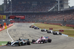 Lewis Hamilton, Mercedes AMG F1 W09, devant Esteban Ocon, Force India VJM11, et Sergey Sirotkin, Williams FW41