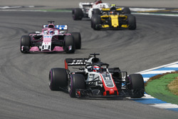 Romain Grosjean, Haas F1 Team VF-18, delante de Sergio Perez, Force India VJM11, y Carlos Sainz Jr., Renault Sport F1 Team R.S. 18