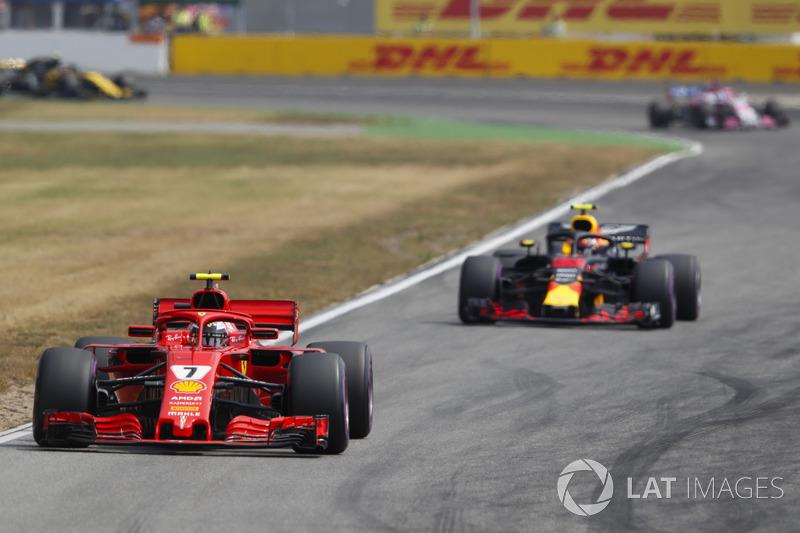 Kimi Raikkonen, Ferrari SF71H, devant Max Verstappen, Red Bull Racing RB14
