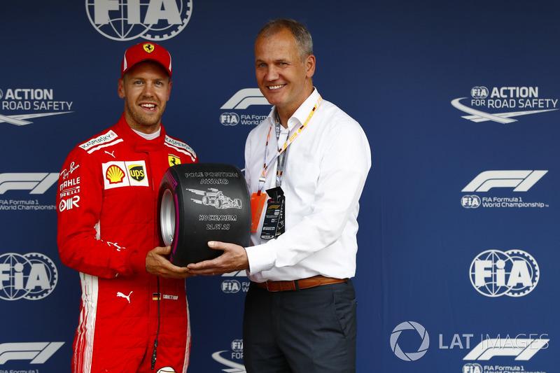 Sebastian Vettel, Ferrari, recibe el premio por la pole