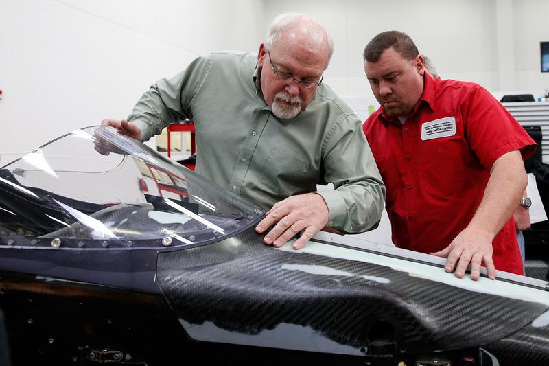 Jeff Horton, INDYCAR Director of Engineering/Safety, memasang wingscreen pada mobil IndyCar 2018