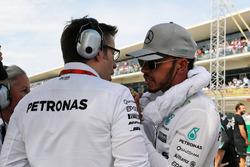 Льюис Хэмилтон, Mercedes AMG F1, и Эндрю Шовлин, инженер Mercedes AMG F1