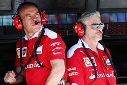 Jock claro, Director de ingeniería de Ferrari con Maurizio Arrivabene, director del equipo Ferrari