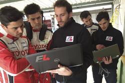 Matías Milla, Matías Rossi y Esteban Guerrieri junto a los ingenieros de la F4 Sudamericana.