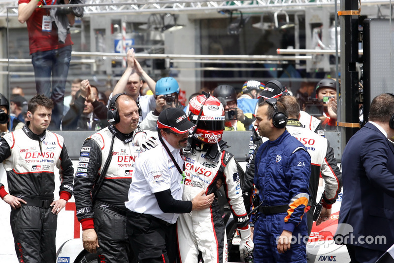 8. #5 Toyota Racing Toyota TS050 Hybrid: Kazuki Nakajima with Rob Leupen, Toyota Motorsport después de la bandera a cuadros