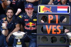 Max Verstappen, Red Bull Racing en Daniel Ricciardo, Red Bull Racing vieren