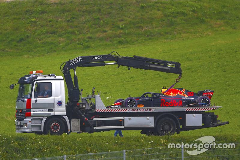 El Red Bull RB14 de Max Verstappen vuelve al pitlane en un camión