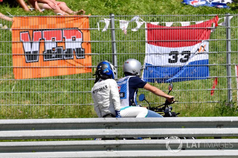 Valtteri Bottas, Mercedes-AMG F1, su uno scooter dopo il ritiro