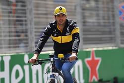 Carlos Sainz Jr., Renault Sport F1 Team cycles the track