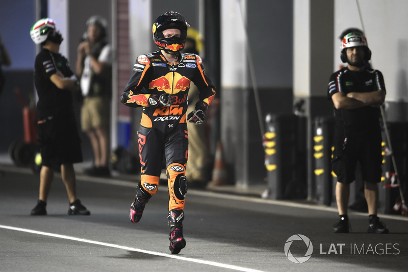 Bradley Smith, Red Bull KTM Factory Racing, torna correndo ai box dopo un guasto alla sua moto