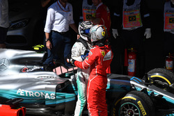 Valtteri Bottas, Mercedes AMG F1y Sebastian Vettel, Ferrari celebran en parc ferme