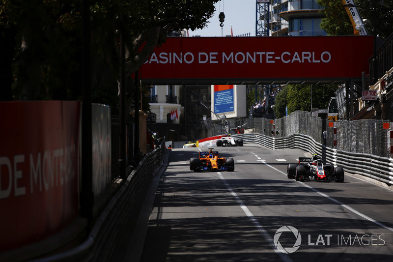 Kevin Magnussen, Haas F1 Team VF-18, leads Fernando Alonso, McLaren MCL33, and Charles Leclerc, Sauber C37