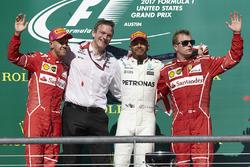 Tweede plaats Sebastian Vettel, Ferrari, James Allison, Technical Director, Mercedes AMG F1, racewinnaar Lewis Hamilton, Mercedes AMG F1, derde plaats Kimi Raikkonen, Ferrari, op het podium
