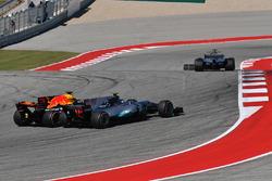 Valtteri Bottas, Mercedes-Benz F1 W08 in lotta con Daniel Ricciardo, Red Bull Racing RB13