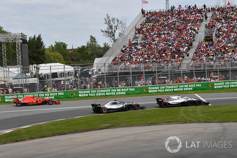Kimi Raikkonen, Ferrari SF71H esce dalla pit lane alle spalle di Lewis Hamilton, Mercedes-AMG F1 W09