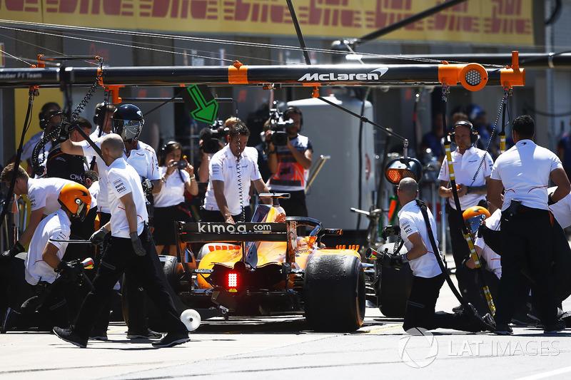 Los ingenieros atienden a Fernando Alonso, McLaren MCL33, en los boxes.