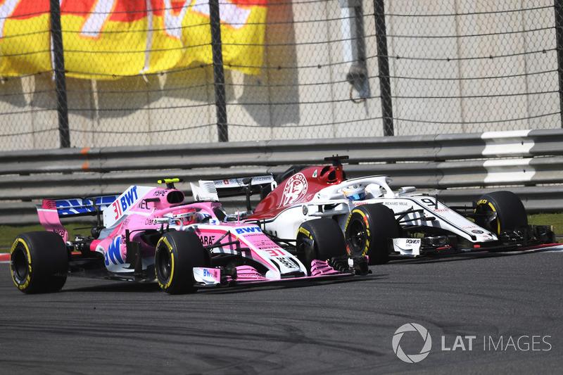 Marcus Ericsson, Sauber C37 lotta con Esteban Ocon, Force India VJM11