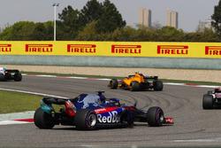 Stoffel Vandoorne, McLaren MCL33 Renault, lidera a Marcus Ericsson, Sauber C37 Ferrari, y a Brendon Hartley, Toro Rosso STR13 Honda