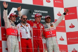 Podio: segundo lugar Fernando Alonso, McLaren, Gilles Simon, Departamento de motores de Ferrari, ganador de la carrera Kimi Raikkonen, Ferrari, tercer puesto Lewis Hamilton, McLaren