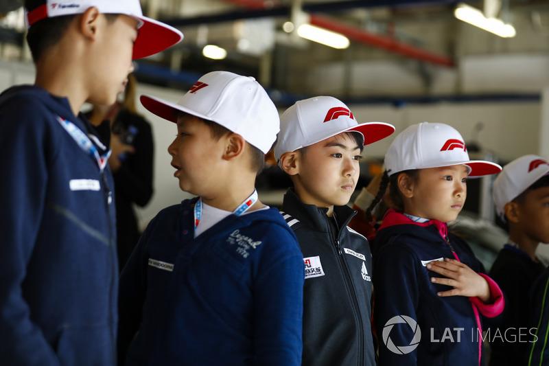 De jeunes fans dans un garage