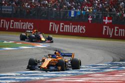 Фернандо Алонсо, McLaren MCL33, и Даниэль Риккардо, Red Bull Racing RB14