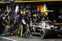 Carlos Sainz Jr., Renault Sport F1 Team R.S. 18, hace una parada