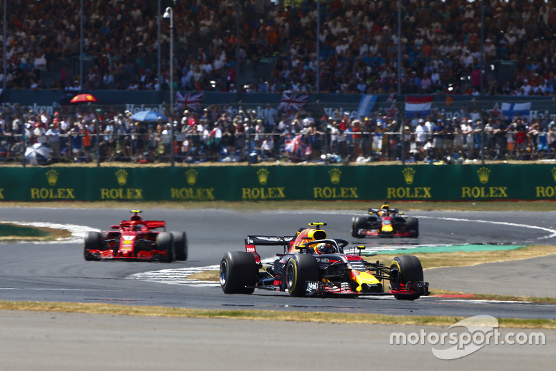 Max Verstappen, Red Bull Racing RB14, precede Kimi Raikkonen, Ferrari SF71H, e Daniel Ricciardo, Red Bull Racing RB14