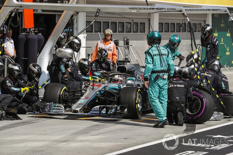 Lewis Hamilton, Mercedes AMG F1 W09 para en boxes