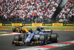 Pascal Wehrlein, Sauber C36, Carlos Sainz Jr., Renault Sport F1 Team RS17