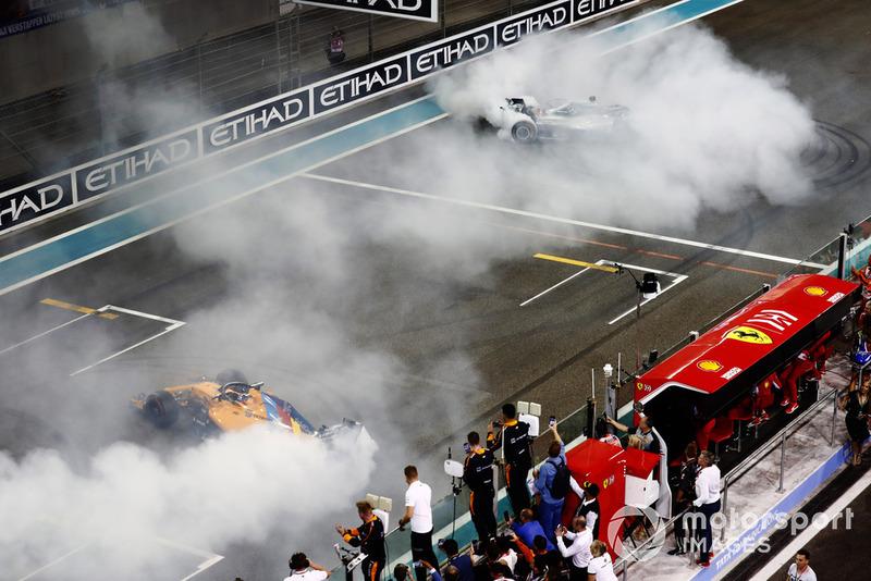 Fernando Alonso, McLaren MCL33, e Lewis Hamilton, Mercedes AMG F1 W09 EQ Power+, eseguono dei donut sulla griglia di partenza, alla fine della gara