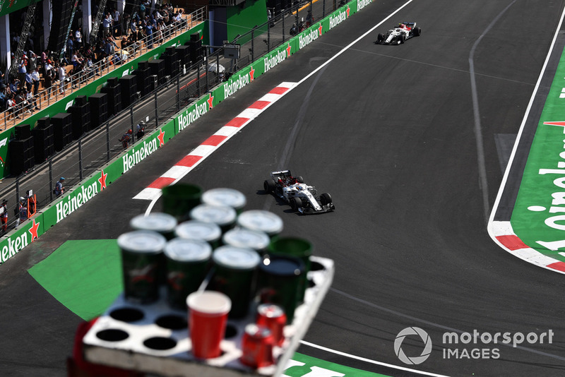 Venditore di birra, Marcus Ericsson, Sauber C37 e Charles Leclerc, Sauber C37
