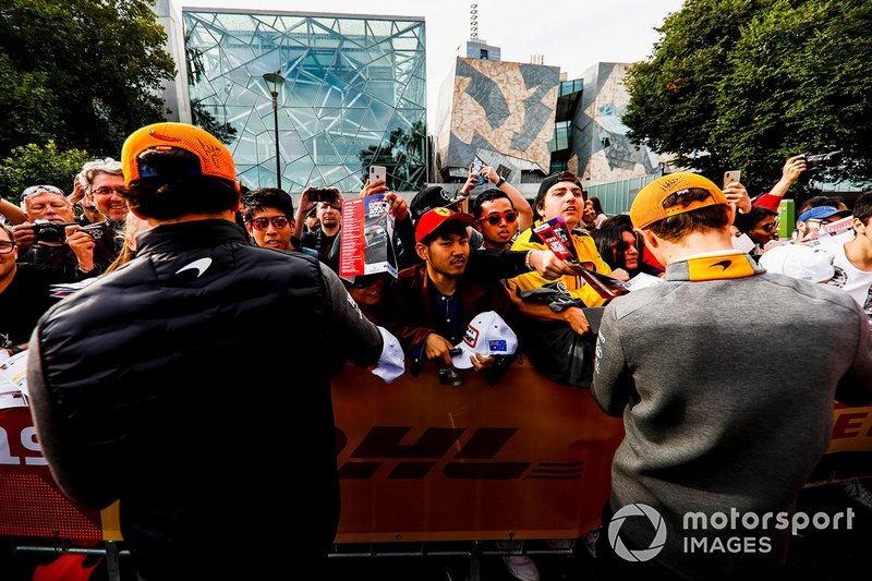 Carlos Sainz Jr., McLaren e Lando Norris, McLaren, firmano autografi ai tifosi all'evento a Federation Square
