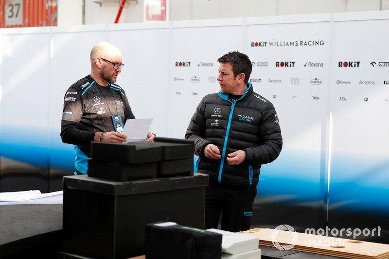 Williams Racing mecánicos y contenedores