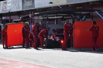 Sebastian Vettel, Ferrari SF90 y mecánicos de Ferrari