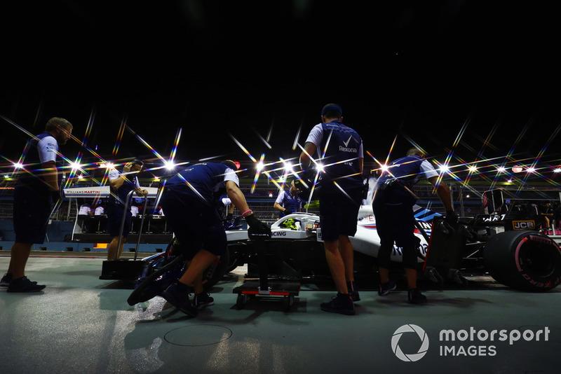 Les mécaniciens dans la voie des stands avec Sergey Sirotkin, Williams FW41