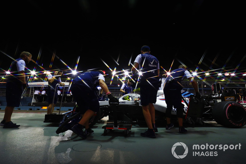 Ingenieros en el pit lane con Sergey Sirotkin, Williams FW41