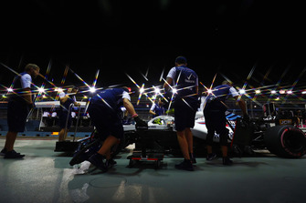 Engineers in the pit lane with Sergey Sirotkin, Williams FW41