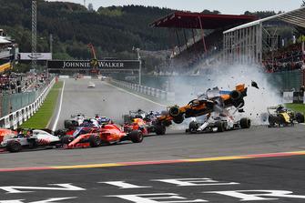 Fernando Alonso, McLaren MCL33, decolla dopo essere stato colpito alla partenza della gara
