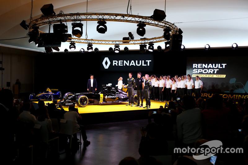 Carlos Ghosn, Presidente de Renault con Jolyon Palmer, Renault F1 Team; Esteban Ocon, piloto de pruebas equipo Renault F1 y Kevin Magnussen, Renault F1 Team