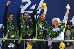 Подіум GTE Pro: переможці Даррен Тьорнер, Джонатан Адам, Даніель Серра, Aston Martin Racing