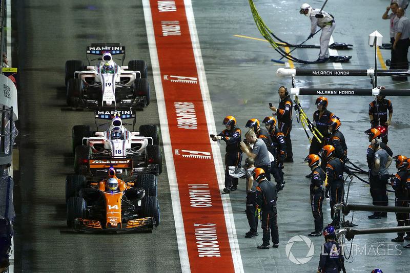 Fernando Alonso, McLaren MCL32, Lance Stroll, Williams FW40, Romain Grosjean, Haas F1 Team VF-17