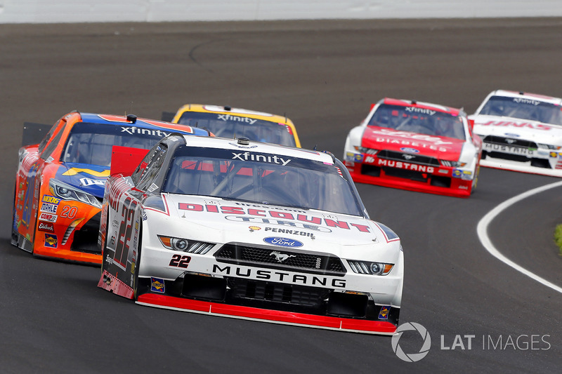 Joey Logano, Team Penske Ford y Erik Jones, Joe Gibbs Racing Toyota