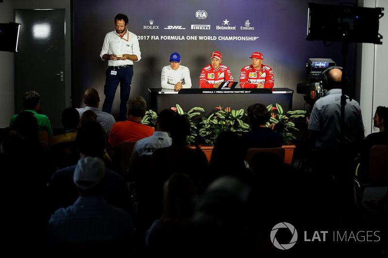 Matteo Bonciani, delegado de medios de la FIA, Valtteri Bottas, Mercedes AMG F1 W08, ganador de la p