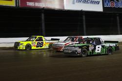John Hunter Nemechek, SWM-NEMCO Motorsports Chevrolet, Ty Dillon, MDM Motorsports Chevrolet, y Matt Crafton, ThorSport Racing Toyota