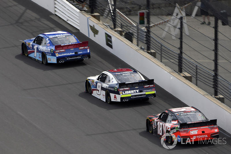 Elliott Sadler, JR Motorsports Chevrolet, William Byron, JR Motorsports Chevrolet y Kyle Busch, Joe Gibbs Racing Toyota