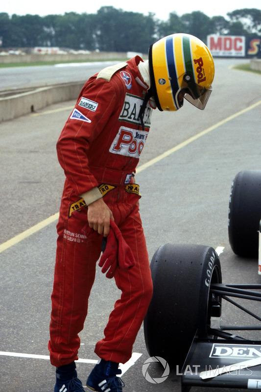 Ayrton Senna, inspecciona el Williams FW08C después de probar por primera vez