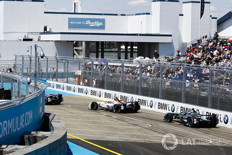 Loic Duval, Dragon Racing, precede Adam Carroll, Jaguar Racing