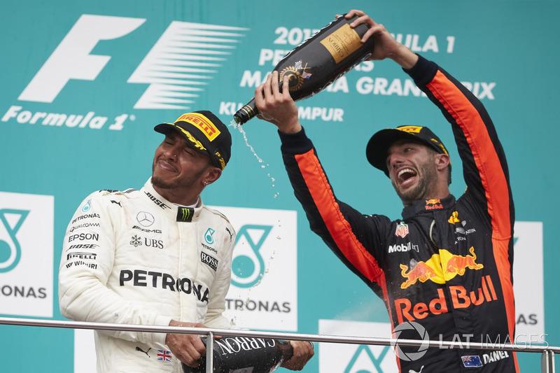 Daniel Ricciardo, Red Bull Racing, echa Champagne sobre Lewis Hamilton, Mercedes AMG F1