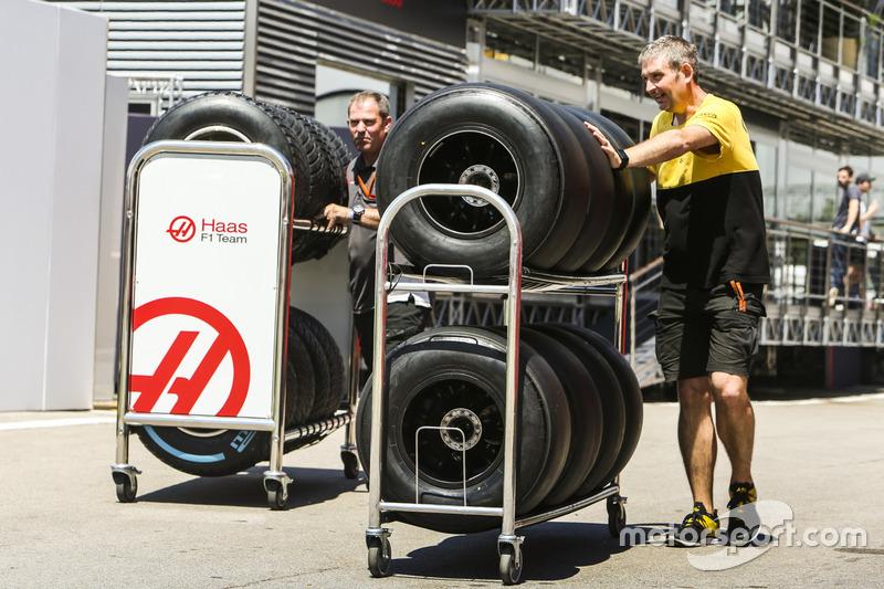 Шины команд Renault Sport F1 и Haas F1 в паддоке